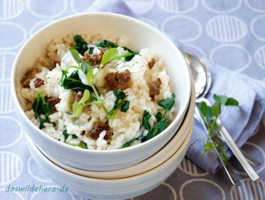 Cremiges Risotto mit Erbsensprossen und Salsicce